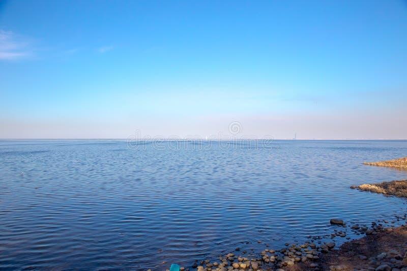 Vista do Golfo da Finl?ndia e da cerca barroco branca no museu de Peterhof St Petersburg, R?ssia fotografia de stock royalty free