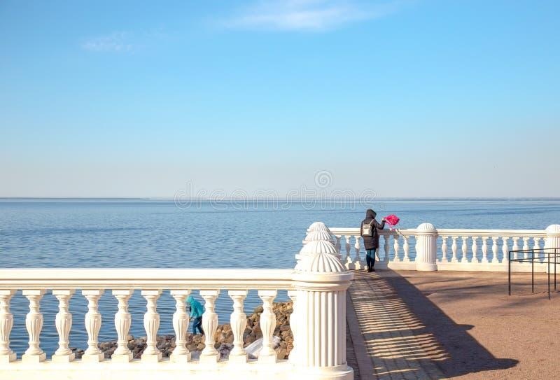 Vista do Golfo da Finl?ndia e da cerca barroco branca no museu de Peterhof St Petersburg, R?ssia fotografia de stock