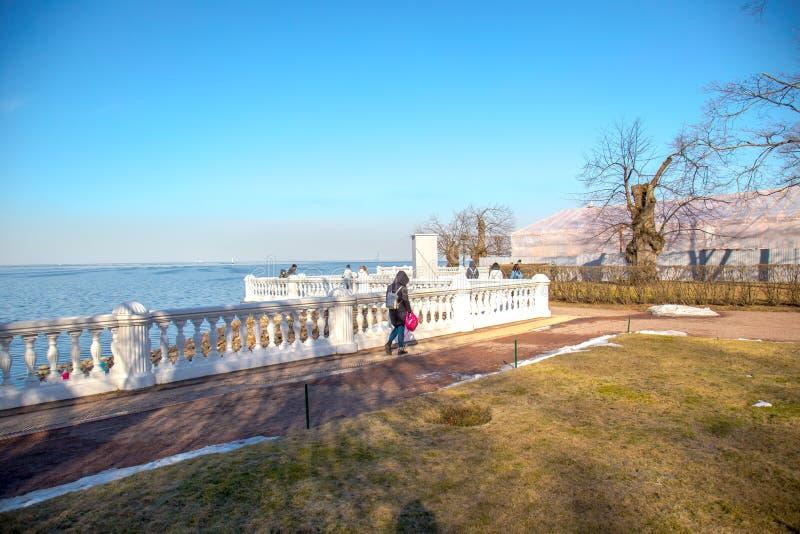 Vista do Golfo da Finl?ndia e da cerca barroco branca no museu de Peterhof St Petersburg, R?ssia imagens de stock royalty free
