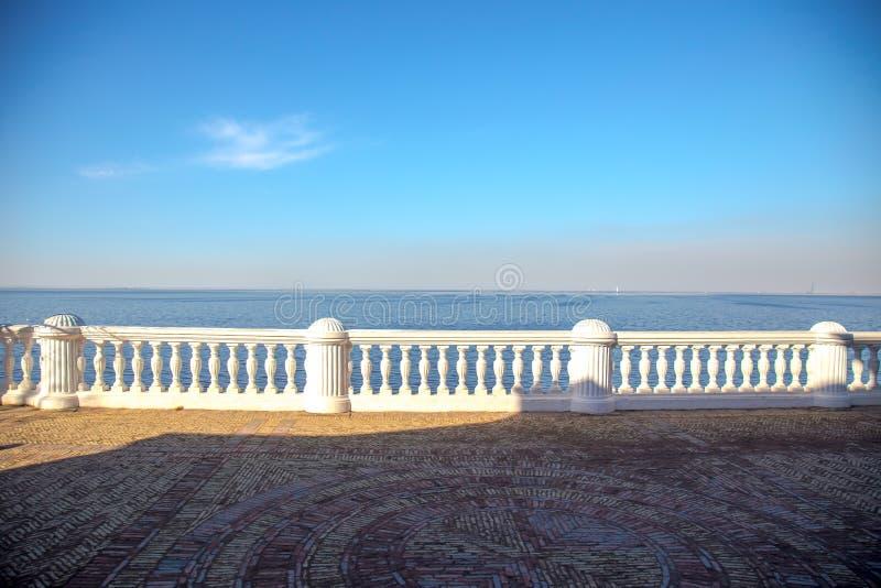 Vista do Golfo da Finl?ndia e da cerca barroco branca no museu de Peterhof St Petersburg, R?ssia imagem de stock royalty free
