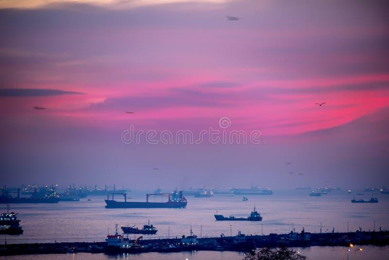 Vista do golfo de Bosphorus e de muitos navios de incandescência na água Foto escura da noite no por do sol Istambul Turquia Sele fotos de stock