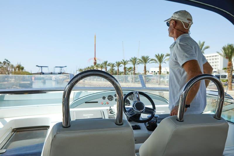 Vista do golfo de Eilat com iate luxuosos Capitão que está na ponte do controle que espera a abertura da ponte fotos de stock