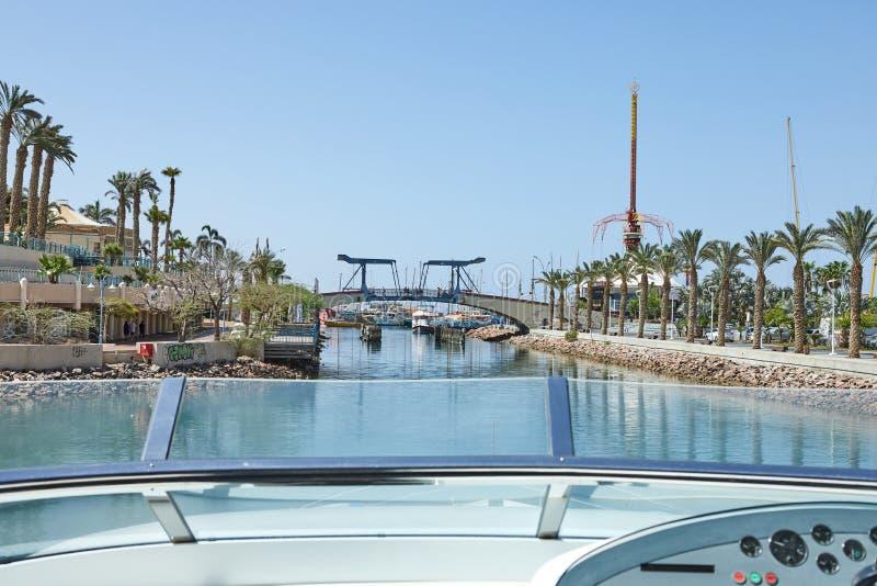 Vista do golfo de Eilat com iate luxuosos Esperando a abertura da ponte para retirar o iate da baía imagens de stock