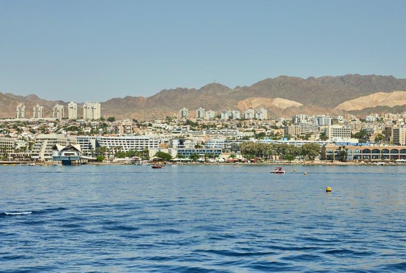Vista do golfo de Eilat com iate luxuosos Hotéis para barcos e iate de turistas por um bom feriado fotografia de stock