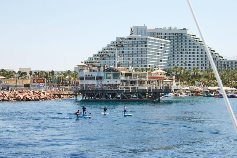 Vista do golfo de Eilat com iate luxuosos Hotéis para barcos e iate de turistas por um bom feriado fotos de stock royalty free