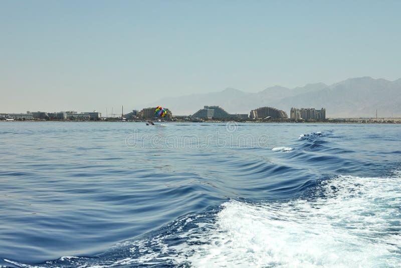 Vista do golfo de Eilat com iate luxuosos Hotéis para barcos e iate de turistas por um feriado foto de stock