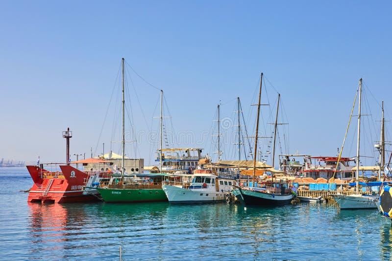 Vista do golfo de Eilat com iate luxuosos No iate você pode tomar sol, salto no mar aberto e apreciar bebidas e exótico imagens de stock