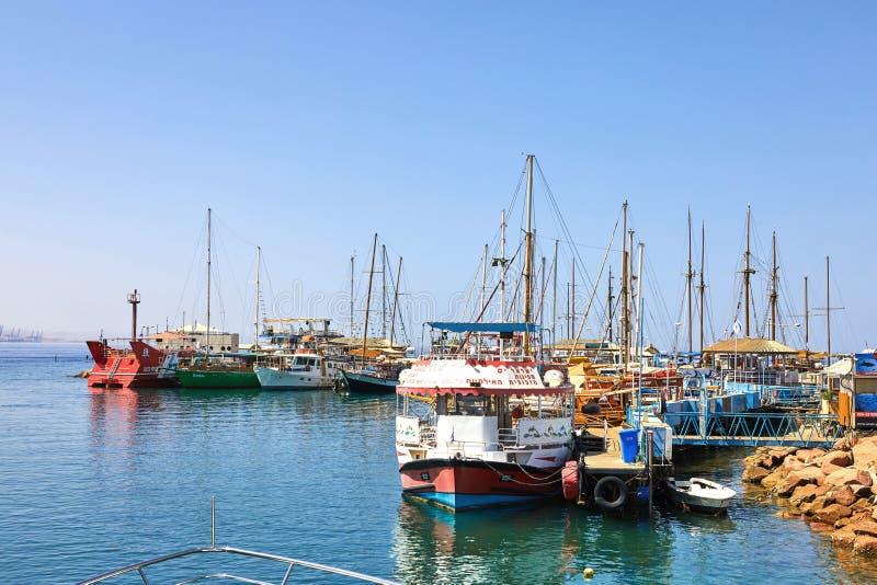 Vista do golfo de Eilat com iate luxuosos No iate você pode tomar sol, salto no mar aberto e apreciar bebidas e exótico imagem de stock