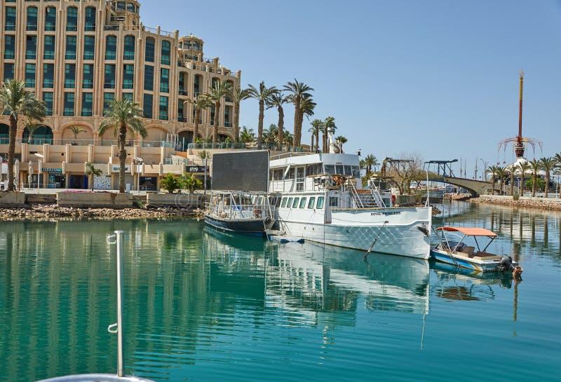 Vista do golfo de Eilat com iate luxuosos No iate você pode tomar sol, salto no mar aberto e apreciar bebidas e exótico foto de stock