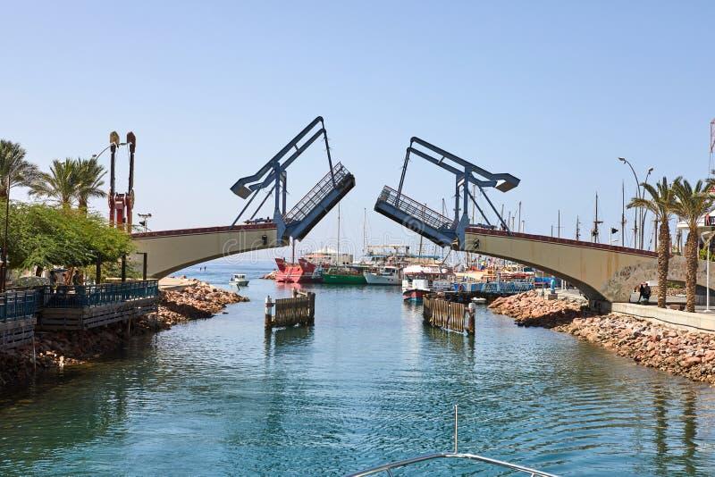 Vista do golfo de Eilat com iate luxuosos O momento de abrir a ponte para retirar o iate da baía imagens de stock