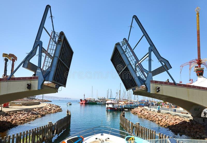 Vista do golfo de Eilat com iate luxuosos O momento de abrir a ponte para retirar o iate da baía fotos de stock royalty free
