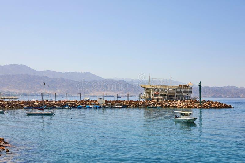 Vista do golfo de Eilat com iate luxuosos Para turistas, barcos e iate por um bom feriado imagens de stock royalty free