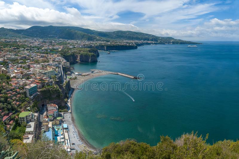 Vista do golfo de Sorrento, visto da cidade do meta imagem de stock royalty free