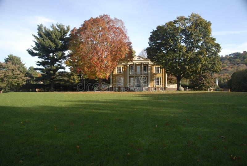 Vista do gramado dianteiro da fachada da mansão de Boscobel, imagem de stock