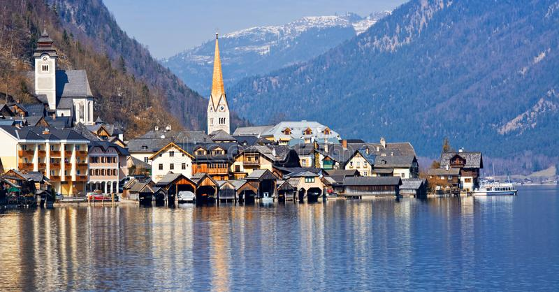 A vista do Hallstatt do lago Hallstater considera, Áustria Panoram imagem de stock royalty free