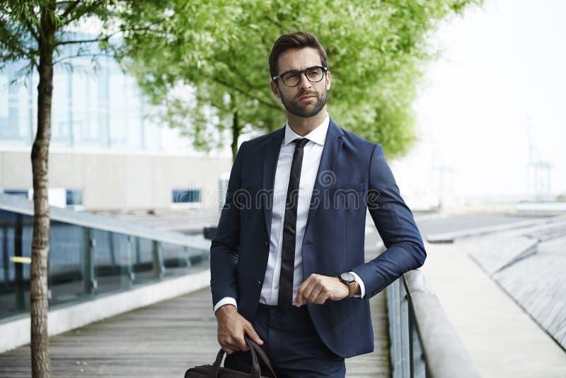 Vista do homem de negócios esperto imagens de stock royalty free