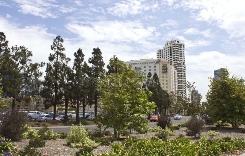 Vista do hotel de Embassy Suites do parque de Ruocco em San Diego fotografia de stock royalty free