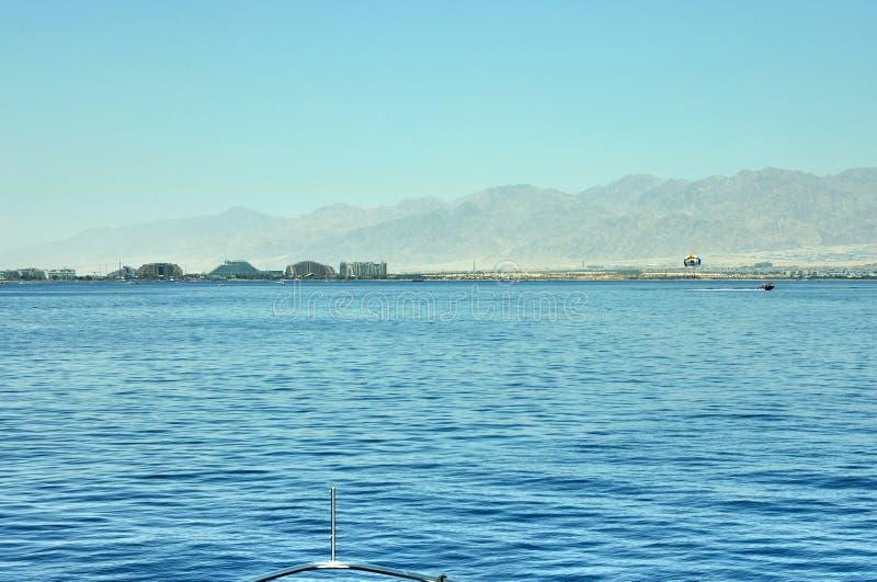 Vista do iate luxuoso ao Mar Vermelho Hotéis para turistas, barcos e iate por um feriado fotos de stock royalty free