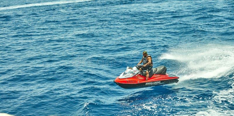 Vista do iate luxuoso ao Mar Vermelho, saltando e montando um esqui do jato fotografia de stock