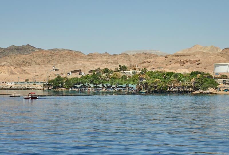 Vista do iate luxuoso no recife do golfinho e na praia para turistas e mergulhadores imagens de stock royalty free