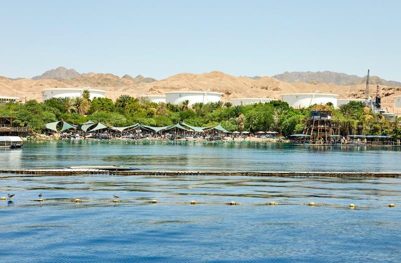 Vista do iate luxuoso no recife do golfinho e na praia para turistas e mergulhadores fotos de stock royalty free