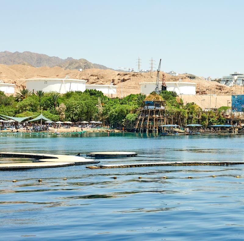 Vista do iate luxuoso no recife do golfinho e na praia para turistas e mergulhadores imagem de stock royalty free