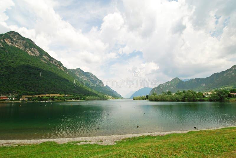 Vista do idro do lago d do lago, Itália imagem de stock