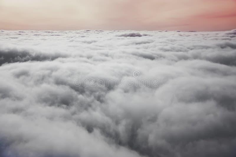 Vista do indicador plano Por do sol colorido com as nuvens de cúmulo brancas fotografia de stock royalty free