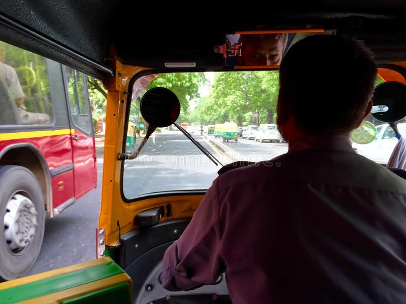 Vista do interior de um auto riquexó na Índia de Nova Deli imagem de stock