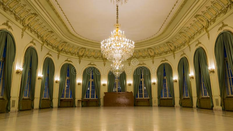 Vista do interior de um castelo com o salão festivo foto de stock royalty free