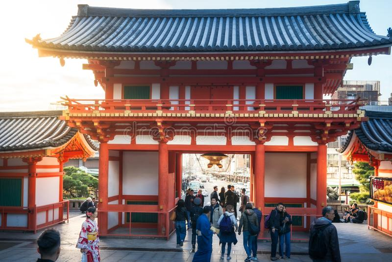 Vista do interior do parque de Maruyama através da porta do santuário de Yasaka-Jinja em Kyoto imagem de stock