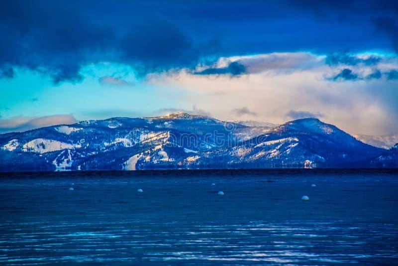 Vista do inverno de Lake Tahoe fotos de stock royalty free
