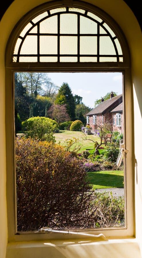 Vista do jardim através de um indicador imagens de stock royalty free