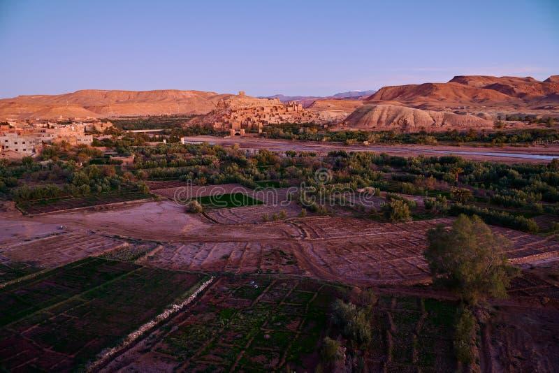 Vista do kasbah antigo Ait Ben Haddou e do vale inteiro imagens de stock