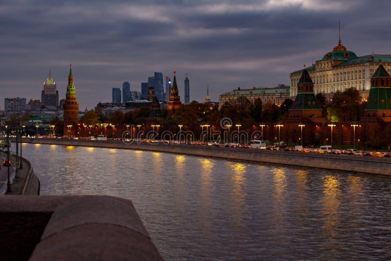 Vista do Kremlin de Moscou da ponte acima do rio de Moskva na noite nebulosa foto de stock
