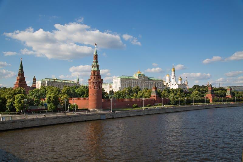 Vista do Kremlin de Moscou e da terraplenagem do Kremlin em um dia ensolarado claro foto de stock royalty free