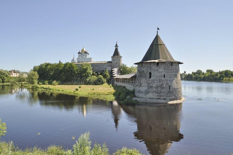 Vista do Kremlin de Pskov do banco direito do rio Pskov Rússia fotos de stock