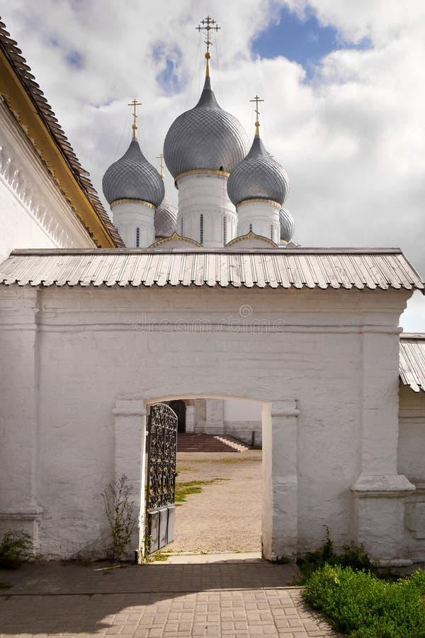 Vista do Kremlin e da catedral de Rostov fotografia de stock