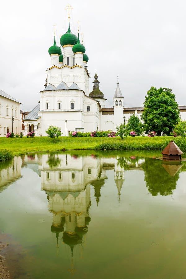 Vista do Kremlin e da igreja em Rostov o grande na SU imagens de stock royalty free