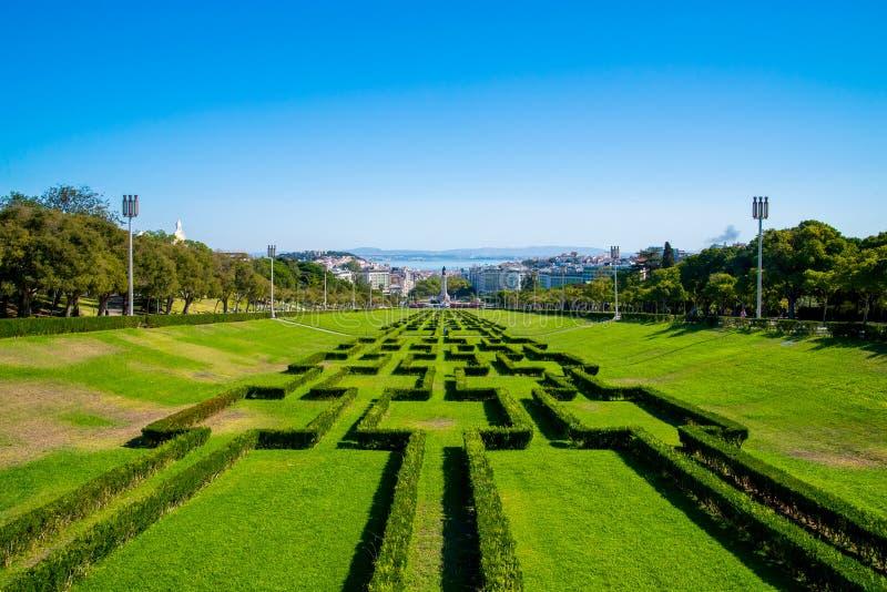 Vista do labirinto do parque e os jardins de Eduardo VII, o parque o maior no centro de Lisboa e Tagus River no fundo fotografia de stock royalty free