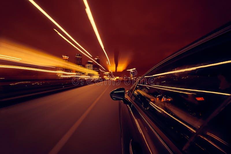 Vista do lado do carro que move-se em uma cidade da noite fotografia de stock royalty free