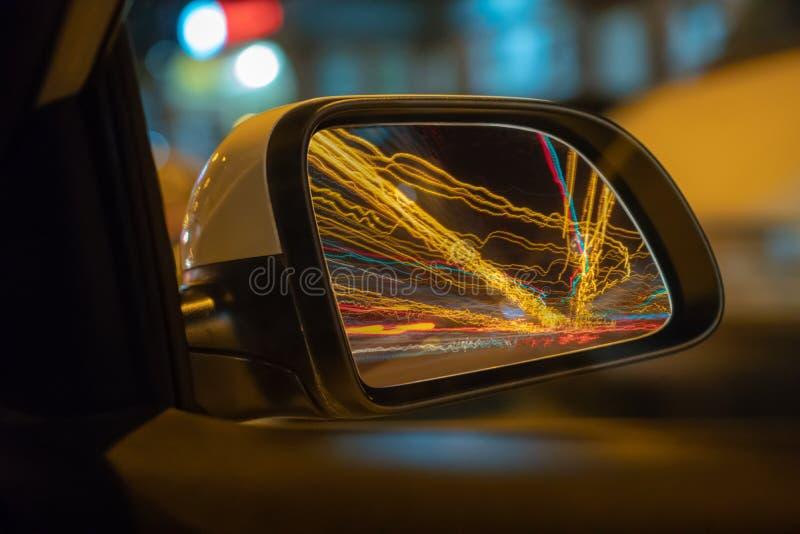 Vista do lado do carro que move-se em uma cidade da noite, estrada de Blured com luzes com o carro na alta velocidade Ritmo rápid imagens de stock