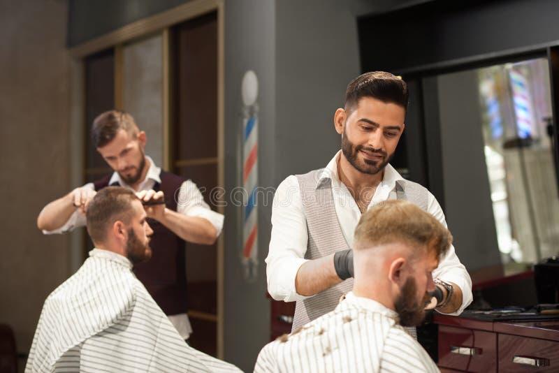 Vista do lado do cliente de conservação do barbeiro no barbeiro fotografia de stock royalty free