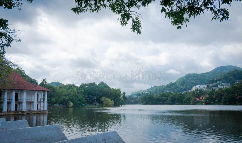 Vista do lado de um meio do lago da cidade imagem de stock royalty free
