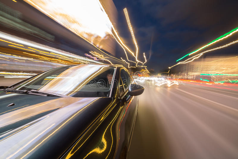 Vista do lado do carro que move-se em uma cidade da noite fotografia de stock