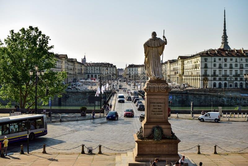 A vista do lado do ortro do rio starred por uma estátua com sua parte traseira para o quadrado do vittorio Vêneto fotos de stock royalty free
