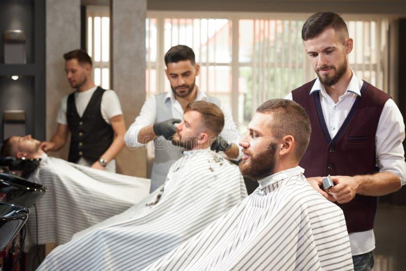 Vista do lado do processo de denominar o cabelo no barbeiro fotografia de stock