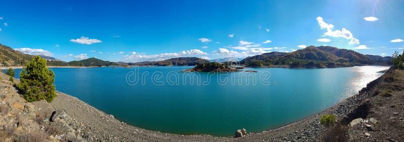 Vista do lago artificial Aoos em Epirus, Grécia fotografia de stock