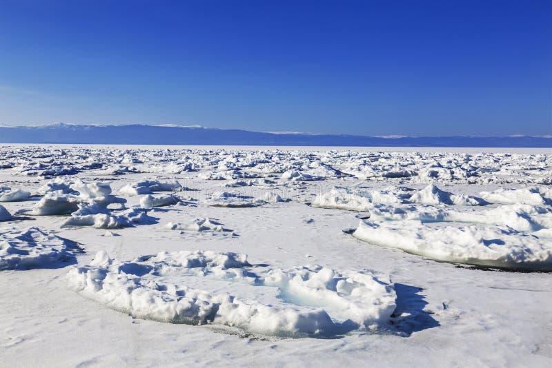 Vista do Lago Baikal congelado em um dia ensolarado Região de Irkutsk foto de stock royalty free