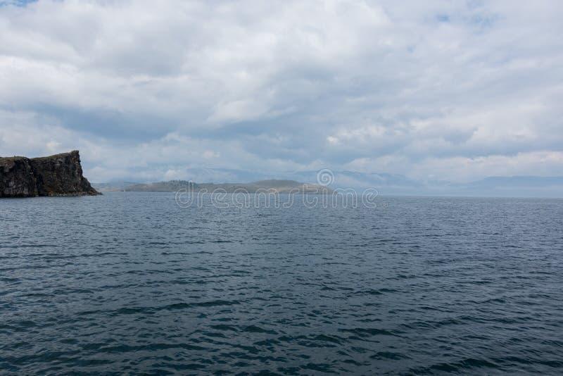 Vista do Lago Baikal num dia de verão nublado e montanhas no horizonte imagem de stock royalty free